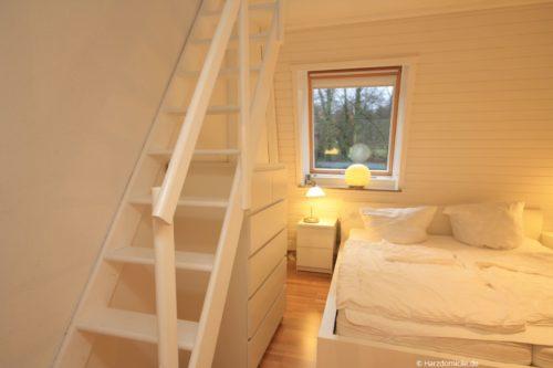 Schlafzimmer 1 mit Treppe zum Schlafloft – Ferienwohnung Christer
