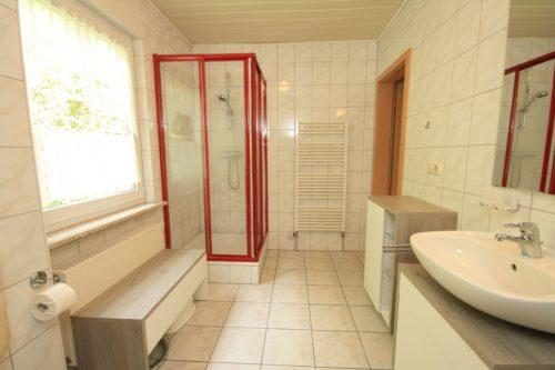 Badezimmer (Obergeschoss) – Ferienhaus Huckla