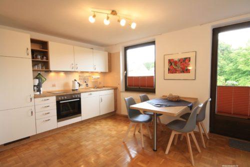 Wohn- /Essbereich mit offener Küche – Ferienwohnung Bergrose
