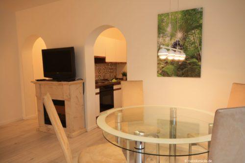 Wohn- /Essbereich mit offener Küche – Ferienwohnung am Kurpark