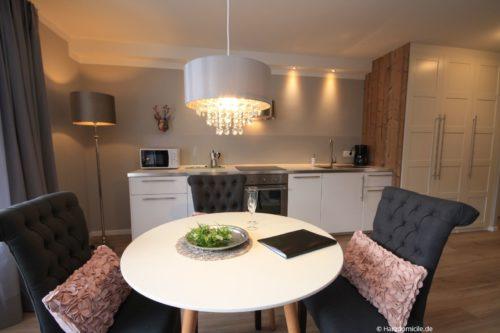 Wohn- /Essbereich mit offener Küche – Ferienwohnung BergHerzl