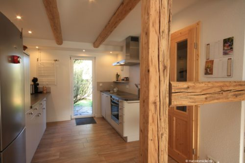 Küche mit Essplatz und Kamin - Ferienhaus Lauwenhaus