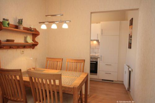Wohn- /Essbereich mit Schlafcouch und offener Küche – Ferienwohnung Harzer Glück
