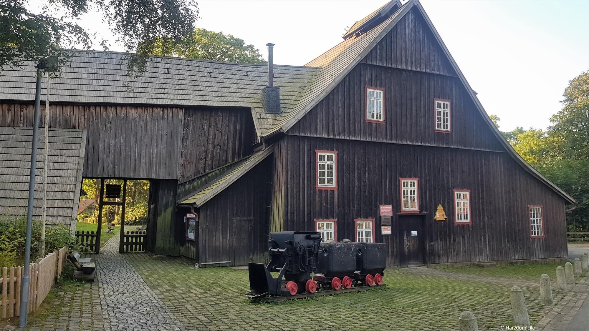 Außenansicht des Eingangs zur Grube Samson in Sankt Andreasberg in der Straße Am Samson 2.