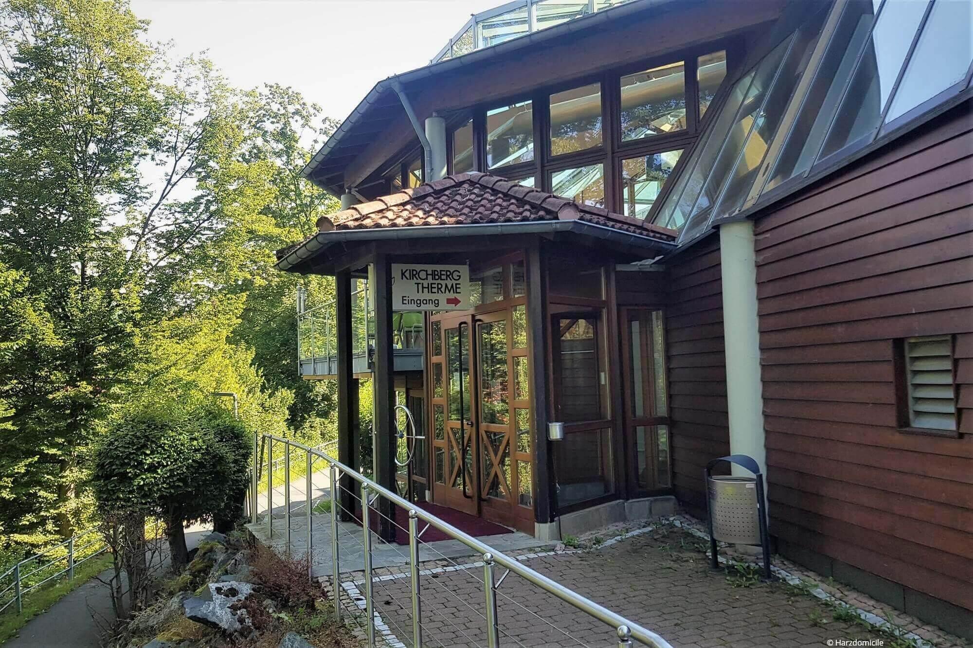 Außenansicht des Eingangsbereiches der Kirchberg Therme in Bad Lauterberg im Harz in der Straße Kirchberg 7-11.