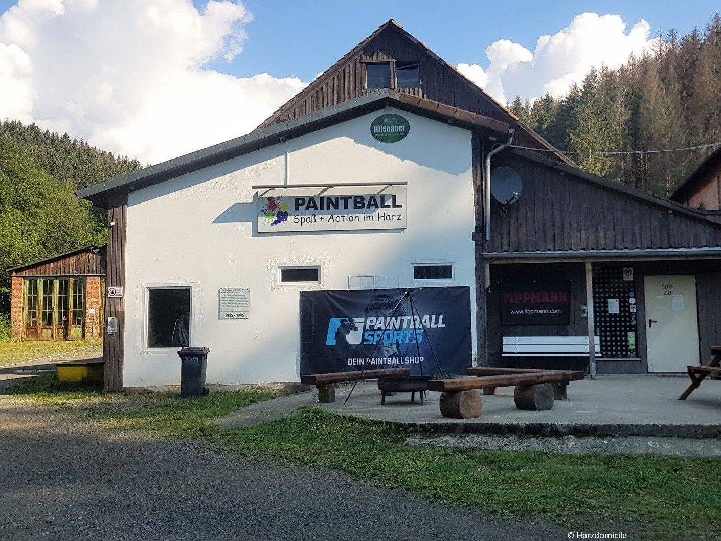 """Außenansicht des Eingangs von """"Paintball Oberharz"""" in St. Andreasberg"""