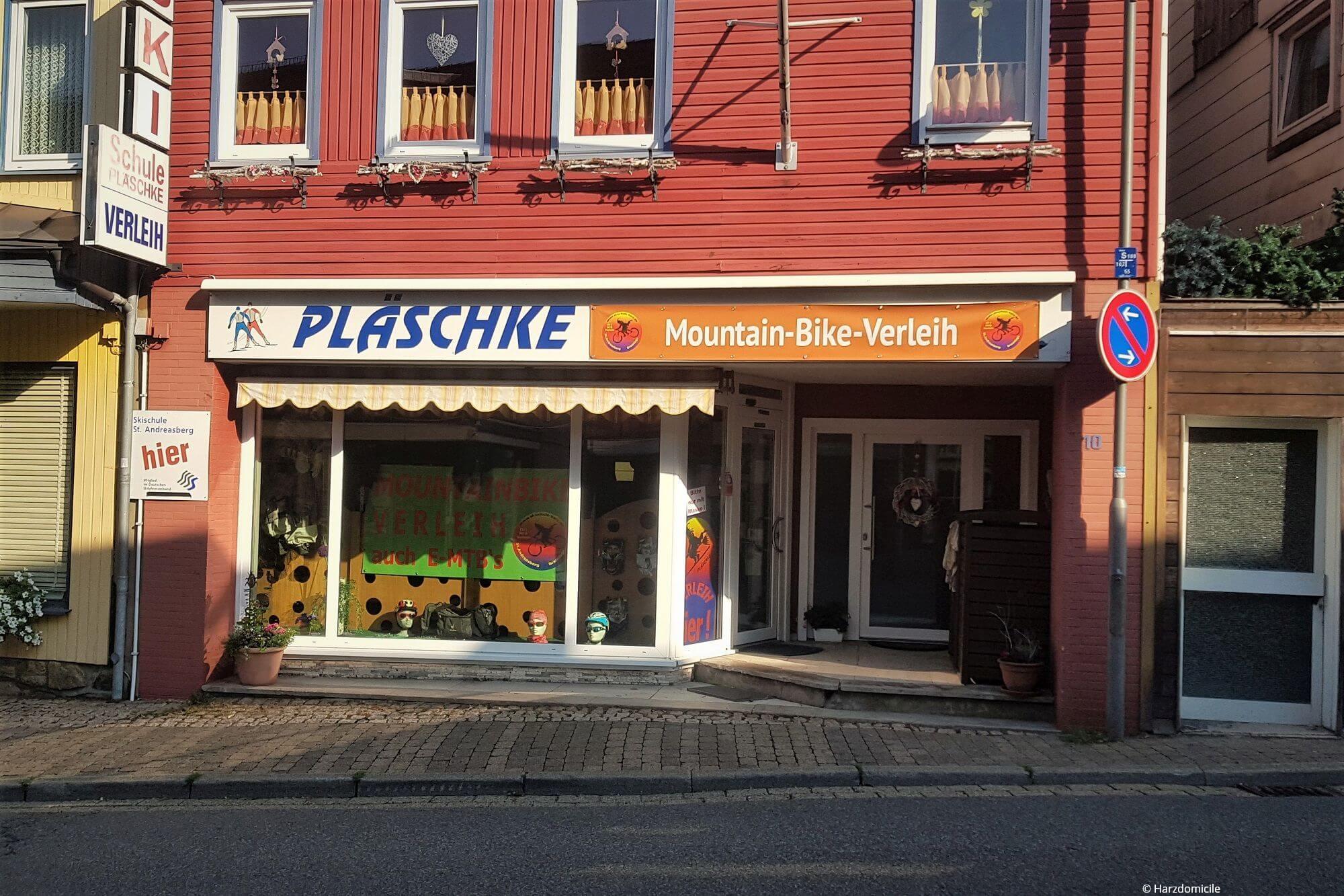 Außenansicht des Fahrradverleihs Sport Pläschke in Sankt Andreasberg in der Dr.-Willi-Bergmann-Straße 10.