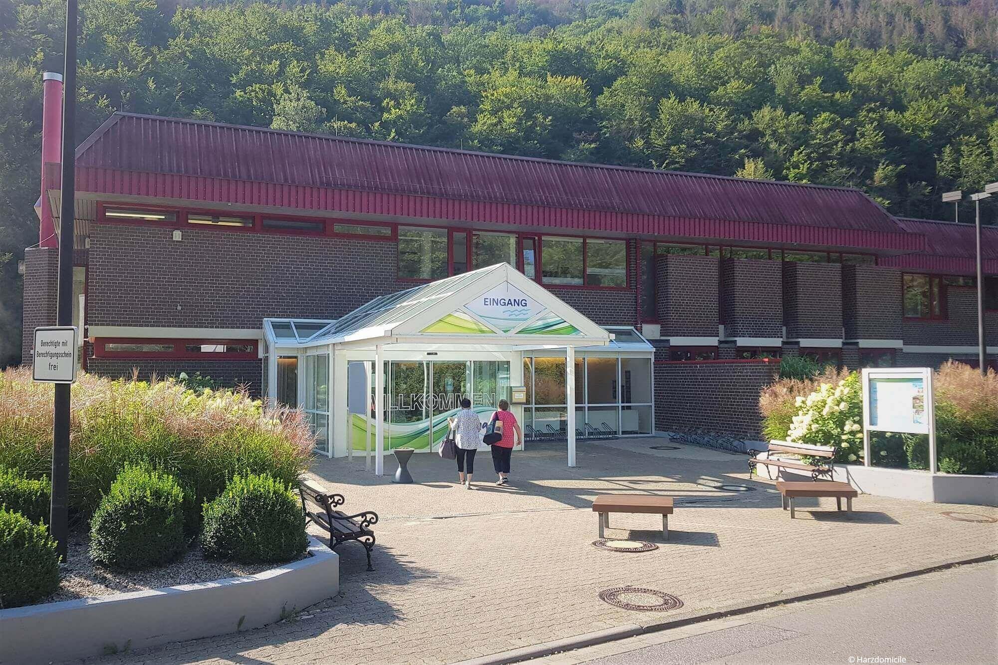 Außenansicht des Erlebnisbads Vitamar in Bad Lauterberg in der Straße Masttal 1.