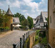 Goslar – historische Straße, Brücke und Gebäude am Fluss Abzucht – Bild unter Lizenz von Shutterstock.com